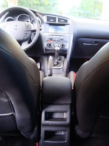 Falta saídas de ar-condicionado para os de trás, que não podem abrir suas janelas.