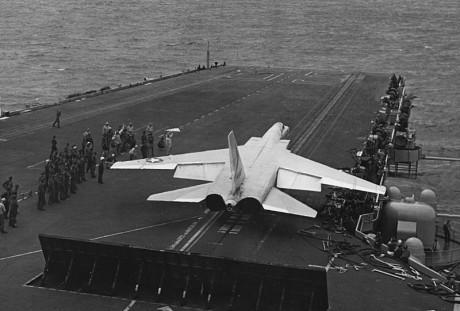 Atrás do avião, o defletor de jato erguido, para mais segurança no convés (US Navy)