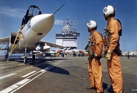 Tripulação e aeronave em foto promocional (US Navy)