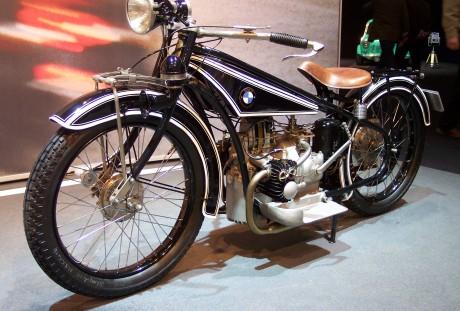 A BMW R32, lançada em 1923, estabeleceu o design que perdura  BMW R nine T, MOTO QUE JÁ NASCEU CLÁSSICA BMW R32 vl TCE