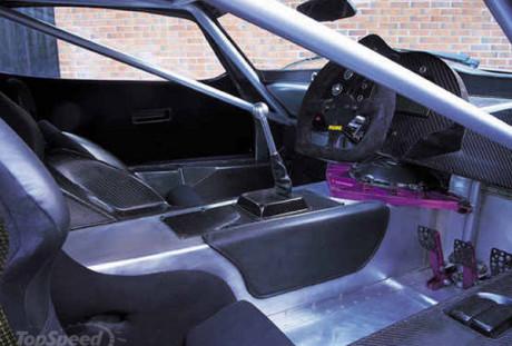 Parte do chassis atrapalhando o acesso, coisa de corrida mesmo (TVR)