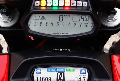 Não mostra o nível do combustível. Só há uma luz indicando entrada na reserva  DUCATI DIAVEL CARBON, SURPREENDENTE Painel