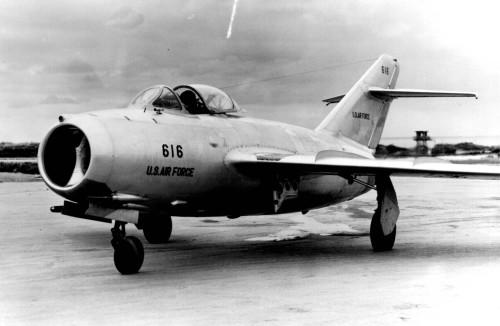 O MiG-15 com inscrições americanas, em avaliação pela USAF (Wikimedia)