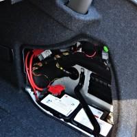 A bateria fica lá no porta malas
