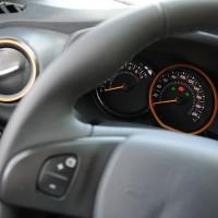 Comando no volante para controles de velocidade