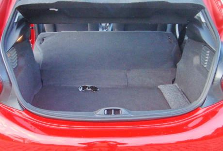 Infelizmente, quando o encosto é rebatido o fundo do porta-malas não fica plano