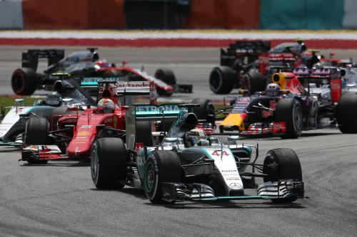 Hamilton e Vettel são os atacantes de Mercedes e Ferrari (Foto Mercedes-Benz)  MAIS DO MESMO, EM VÁRIAS CORES E MEDIDAS F12015GP02MAL HZ7385