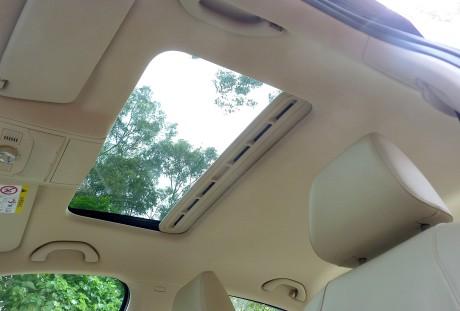 O teto solar, opcional, ajuda a dar luminosidade e deixar o ar-condicionado desligado