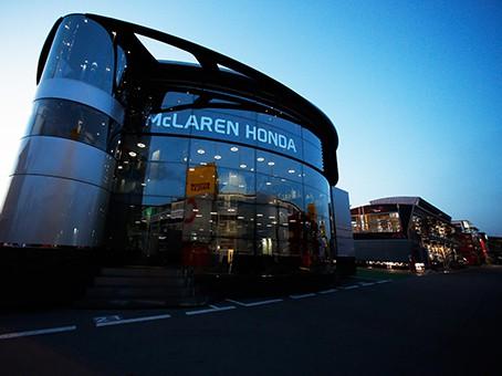 Os magníficos motorhomes da F-1 (foto McLaren)