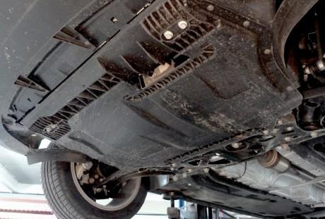 Proteção inferior do motor caprichada, mas a frente não raspa a toa no piso.