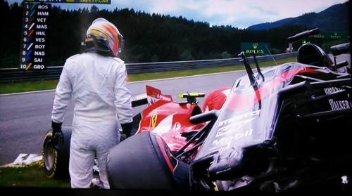 Alonso e Raikkonen tentaram construir um duplex logo na primeira volta (foto F-1.com)