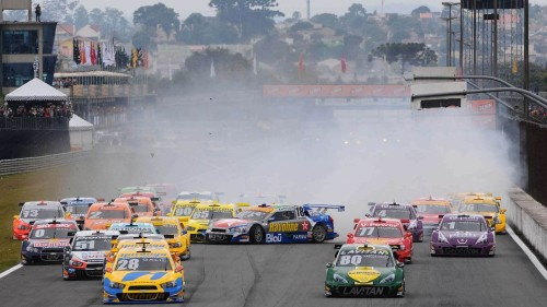 Largada da Stock Car em Curitiba teve acidente espetacular (foto Miguel Costa Jr)