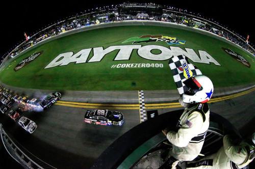 Dale Earnhardt Jr( #88) venceu a Daytona Coke Zero 400 (foto Chris Trotman/NASCAR)  DEBAIXO DA GAROA, UM COPO MEIO CHEIO, MEIO VAZIO 20150707 Acidente Nascar NascarMedia