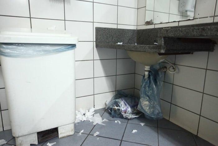 Banheiro sujo spbancarios.com.br