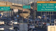 SP - TRÂNSITO/SP/MARGINAIS/VELOCIDADE - GERAL - Trânsito lento na Marginal Tietê, próximo à   Ponte das Bandeiras, em São Paulo, na   manhã desta segunda-feira (20). A partir de hoje os   motoristas que trafegam pelas Marginais do Tietê e do   Pinheiros terão que se adaptar aos novos limites de   velocidade. Na pista local, a velocidade máxima será de 50   km/h. Na pista central, o limite será de 60 km/h, ante os atuais   70 km/h, e na expressa será de 70 km/h, contra os atuais 90   km/h.    20/07/2015 - Foto: WERTHER SANTANA/ESTADÃO CONTEÚDO