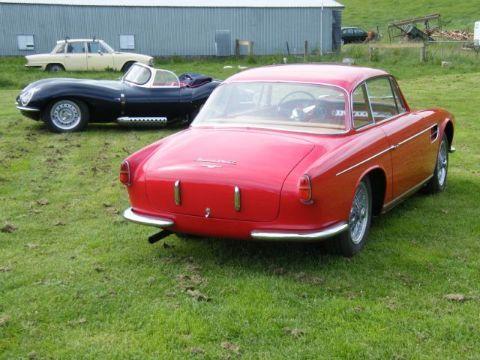 """Carros restaurados e, ao fundo, o company car"""" (foto arquivo Rod Tempero)  UM SÉRIO CASO DE AMOR Maserati  Jaguar Outro"""