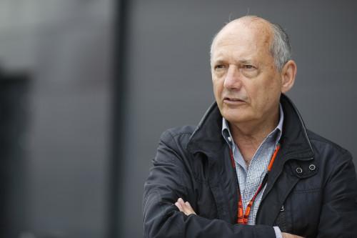 Ron Dennis não poupou desculpas nem Eddie Jordan (foto McLaren Media Centre).  DEBAIXO DA GAROA, UM COPO MEIO CHEIO, MEIO VAZIO ROn X0W3680