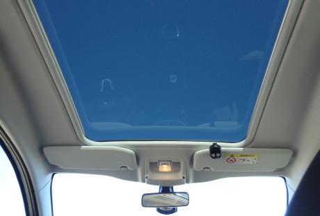 Amplo teto solar, mas que só abre a cortina