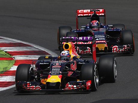 Red Bull, Toro Rosso e Renault formam o centro das atenções (foto Red Bull/Getty Images)  Toma lá, dá cá 20150804 RBR Toro RBGetty