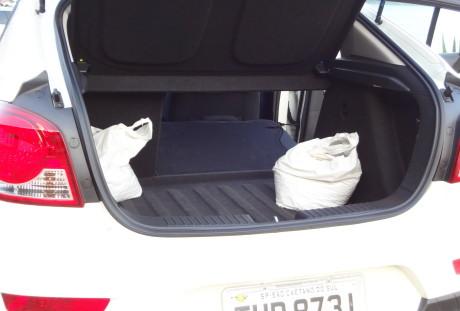 A patroa gostou do porta-malas. Nos sacos, ração para a dupla Tigrão e Tico