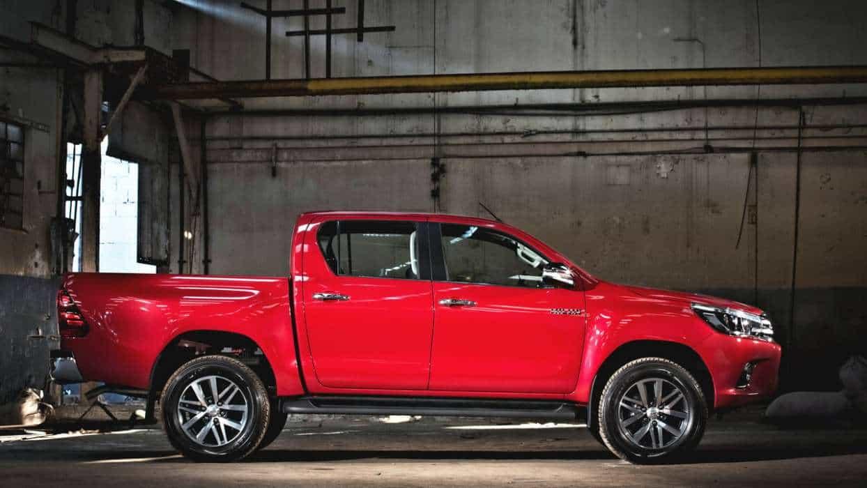 Um pouco mais baixa, porém com maior altura do solo, e mais comprida e larga nova toyota hilux srx 2016 TOYOTA HILUX SRX 2016 (COM VÍDEO) Toyota Hilux 8a ger AUTOentusiastas 58