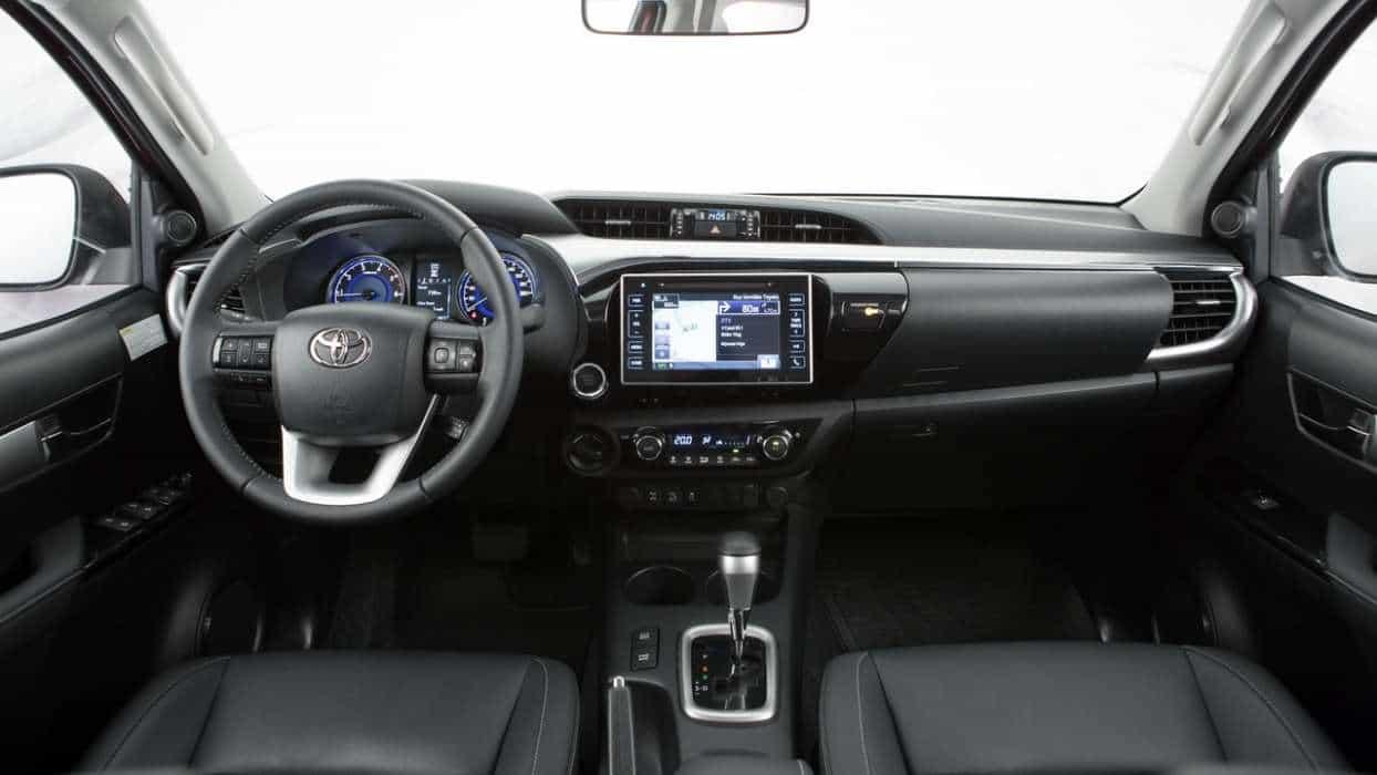 Interior caprichado e um dos pontos de destaque é a posição de dirigir nova toyota hilux srx 2016 TOYOTA HILUX SRX 2016 (COM VÍDEO) Toyota Hilux 8a ger interior AUTOentusiastas 07