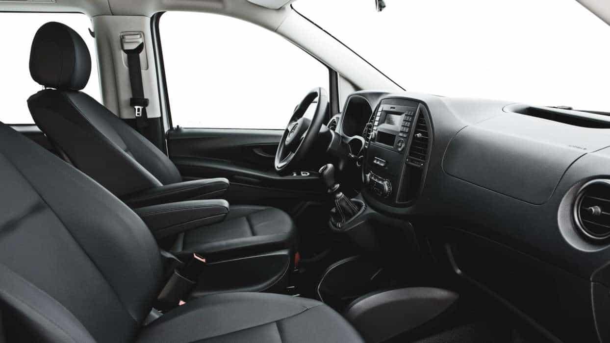 Posição de dirigir confortável com ajuste de altura e profundidade do volante e excelente posição da alavanca de câmbio  NOVA VAN MERCEDES-BENZ VITO Vito Tourer 26a