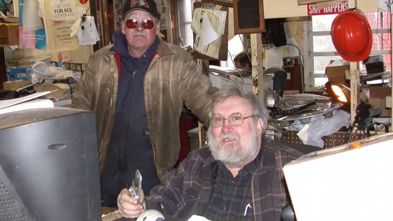 A dupla do junkyard, John Lawson (de pé) e Silas McCashin