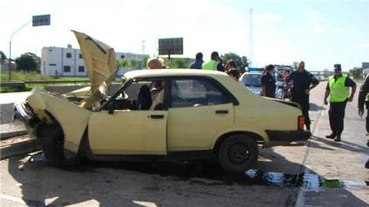 Dodge argentino em acidente real, batida em ângulo na defensa da estrada (en campaña jornal)