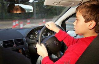 Um menino com essa idade já pode, sim, começar (Foto: dailymail.com)  ENSINAR CEDO A GUIAR, BEM CEDO www