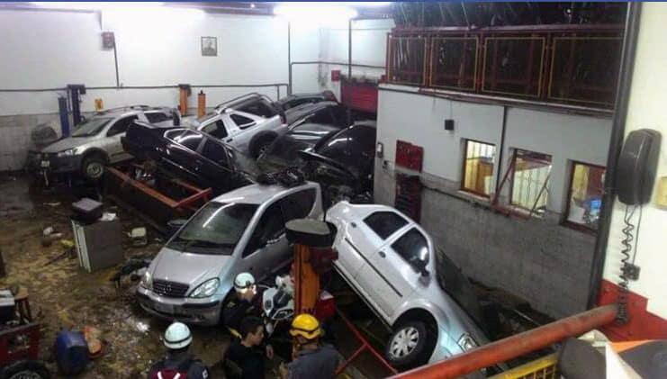 Os carros dentro da oficina foram empurrados para a parede oposta e muitos terão perda total