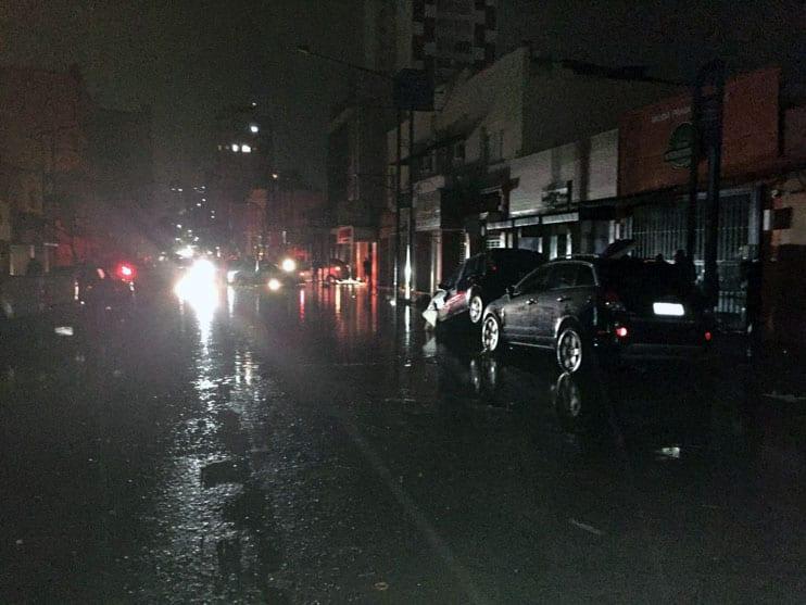 Nas ruas do centro carros foram empilhados pela violência das águas