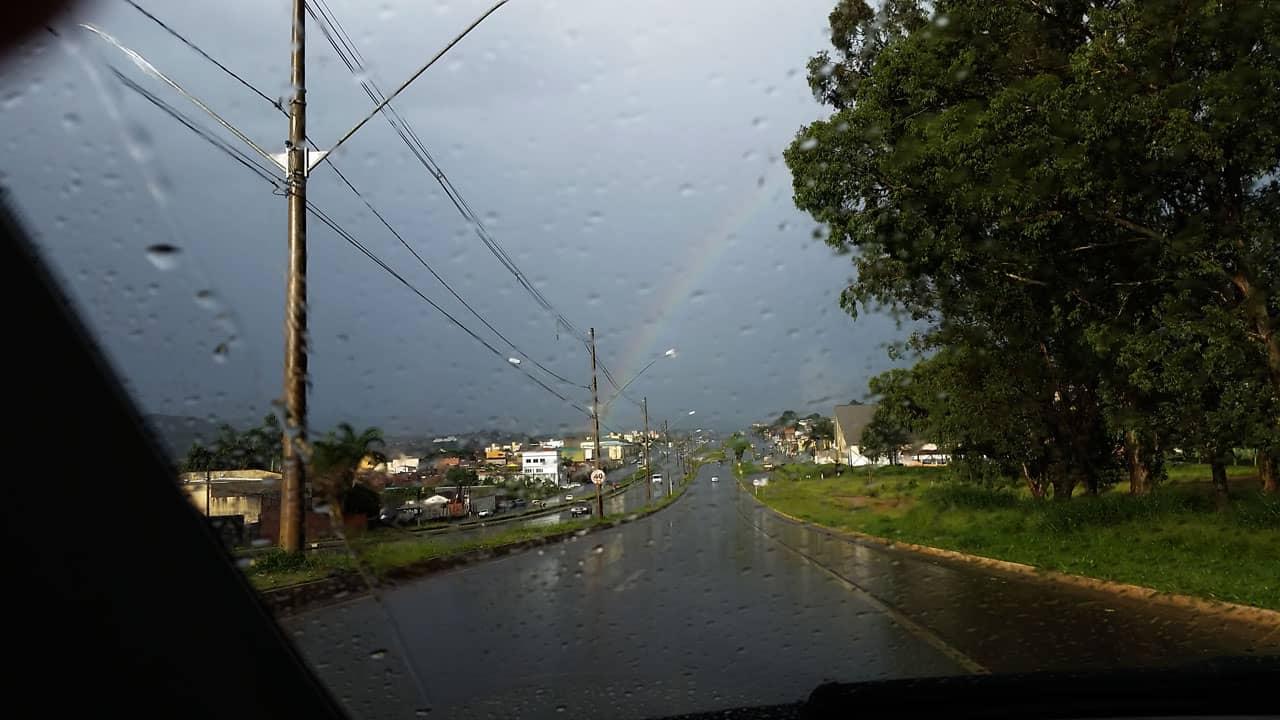 A recepção chegando à Poços de Caldas foi um arco-íris que podia ser um sinal de bom tempo no dia seguinte