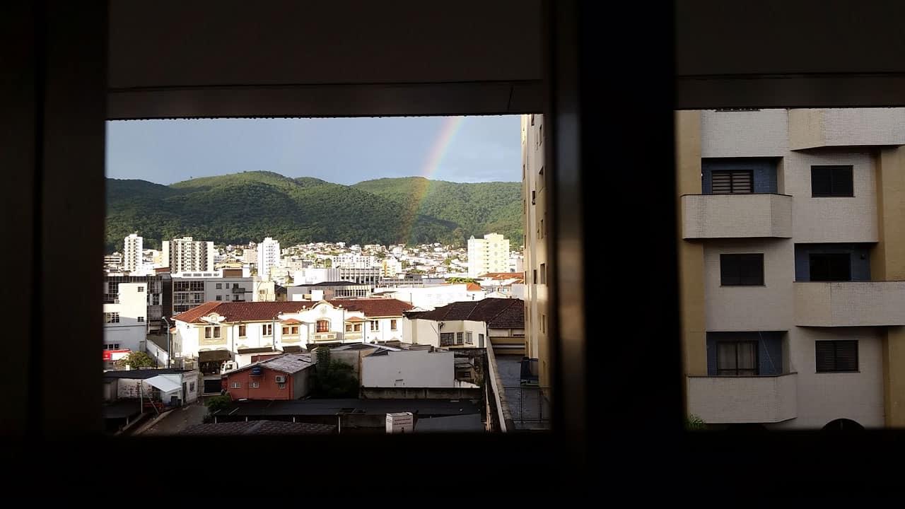 Já tirando a bagagem do carro outro arco-íris visto através dos tijolos perfurados da garagem do Hotel Ibis, onde ficamos hospedados