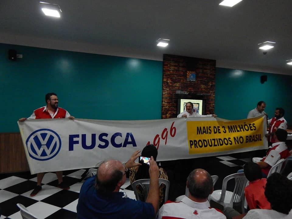 A entrega da faixa para o Presidente, Cleiton Aparecido Domingues que está à direita na foto e o Vice-Presidente e Tesoureiro, Michel Esteves que está no lado esquerdo da foto