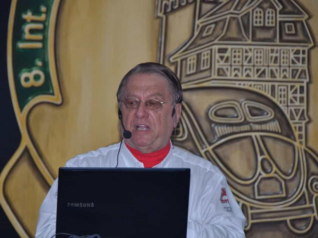 """Em Bad Camberg, usando a """"camisa de evento"""" durante a palestra que relatou como o Dia Mundial do Fusca foi criado e como ele evoluiu em 20 anos de existência"""