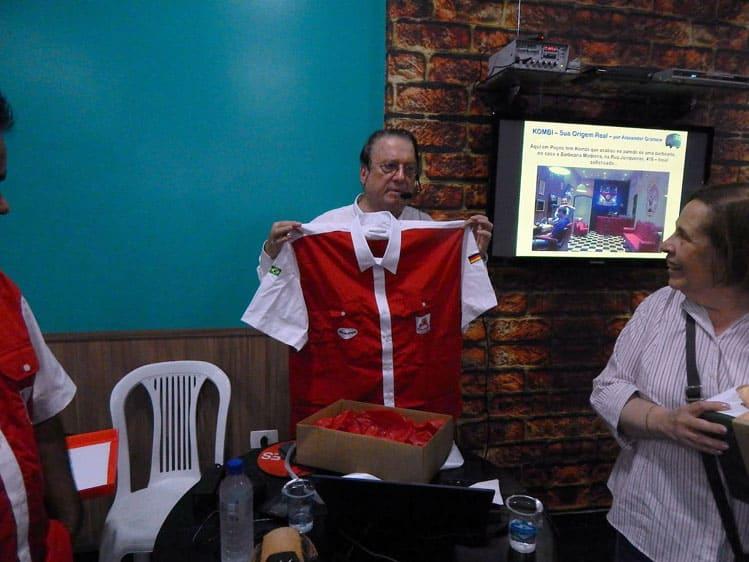 Um momento de emoção, quando eu mostrava a nova camisa do Fusca Poços e agradecia ao pessoal do Clube