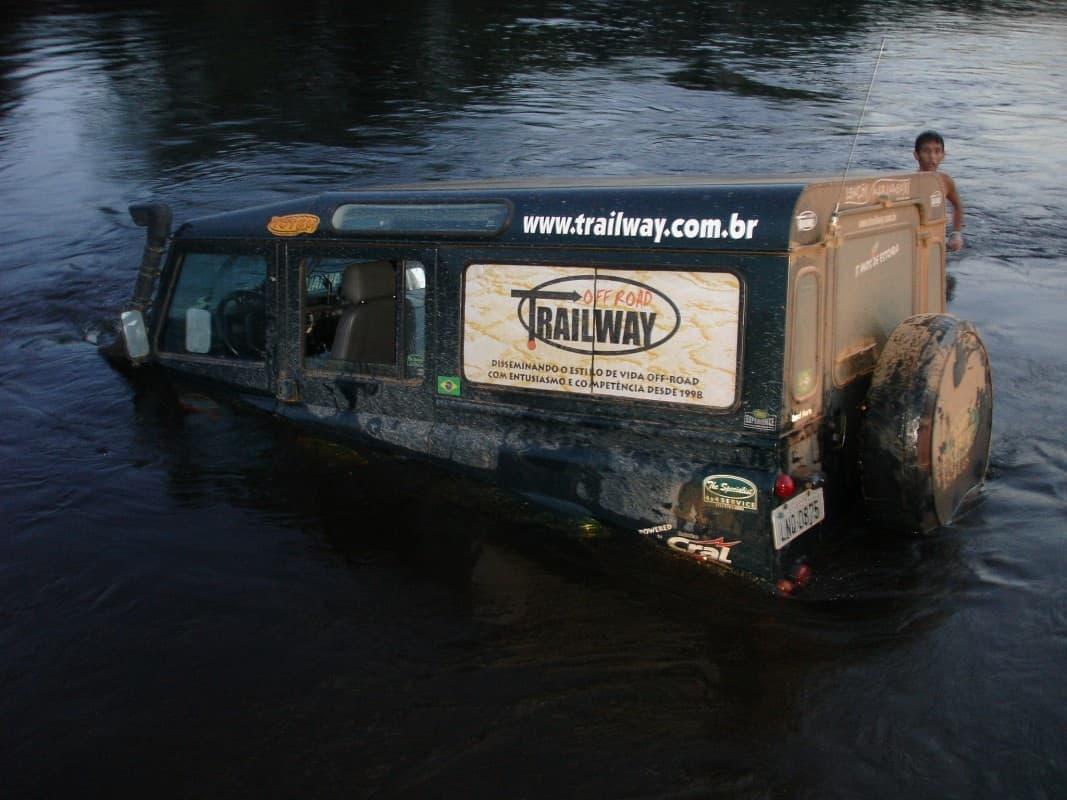 Defender 110 submerso numa travessia frustrada no Rio Paraguaçu, na Chapada Diamantina (BA), em função de um tronco que havia no leito do rio. Foto: Luis Carqueijo