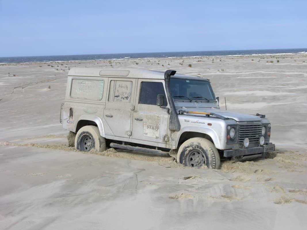 Atolado em duna de areia na Praia do Cassino (RS). Foto: Luis Carqueijo  DEFENDER, O FINAL DE UMA LENDA DSCN1932