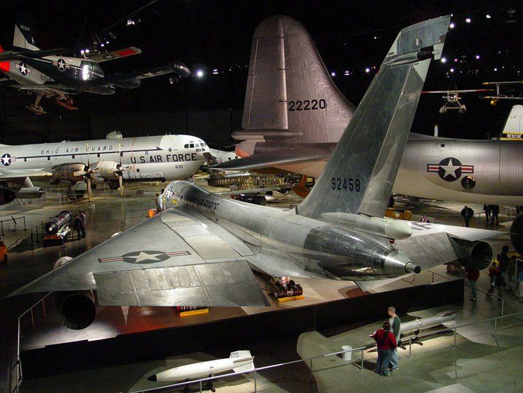 Nas bordas das asas, os elevons levemente baixados (John Heck)  B-58 HUSTLER, O PRIMEIRO BOMBARDEIRO SUPERSÔNICO heck 2