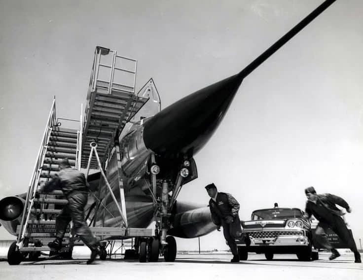 Tripulação desembarca da perua Ford e sobe para o Hustler (USAF)