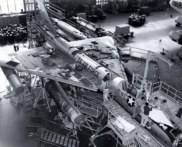 Em construção, na Convair (General Dynamics)  B-58 HUSTLER, O PRIMEIRO BOMBARDEIRO SUPERSÔNICO usaf