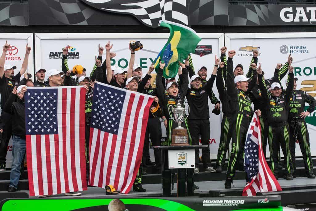 A festa no pódio e o troféu quase maior que o piloto brasileiro (Foto José Mario Dias)