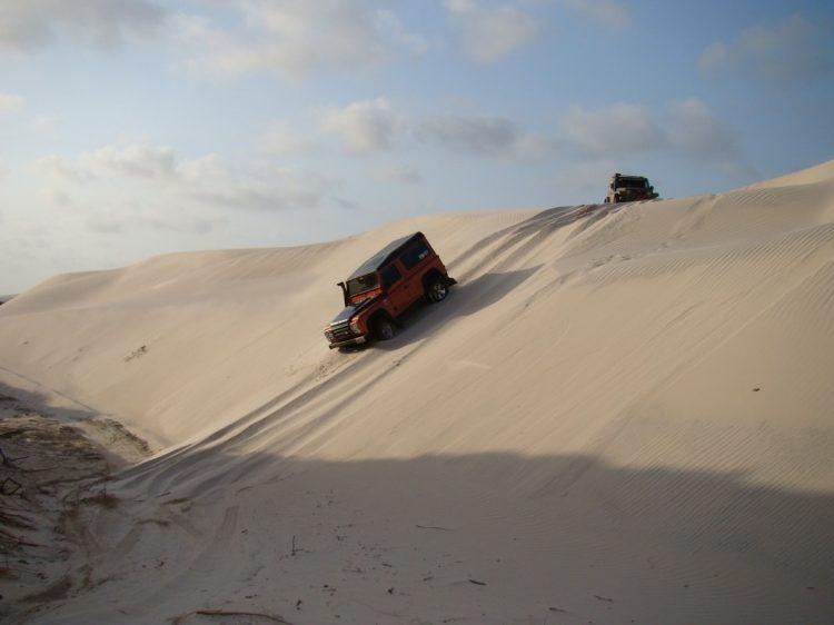 Atravessando dunas no Maranhão durante uma Expedição. As grandes viagens sempre são uma experiência fascinante. Foto: autor  O OFF-ROAD É APAIXONANTE DSC01879