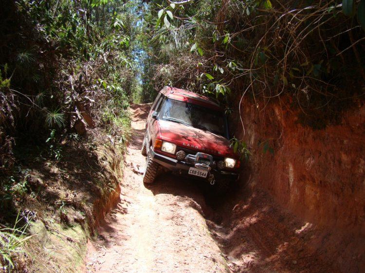 Em certas situações mais extremas qualquer descuido pode, sim, trazer algum dano ao veículo. Foto: autor na Serra do Japi, na região de Jundiaí (SP)  O OFF-ROAD É APAIXONANTE DSC06479