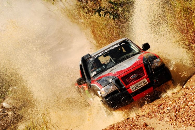 Rally de Velocidade, com o Rally dos Sertões, requer veículos preparados (principalmente, em itens de segurança e estrutura) e experiência. Mas, são incomparáveis em aventura e adrenalina. Foto: Rally dos Sertões 2009 - Etapa 3