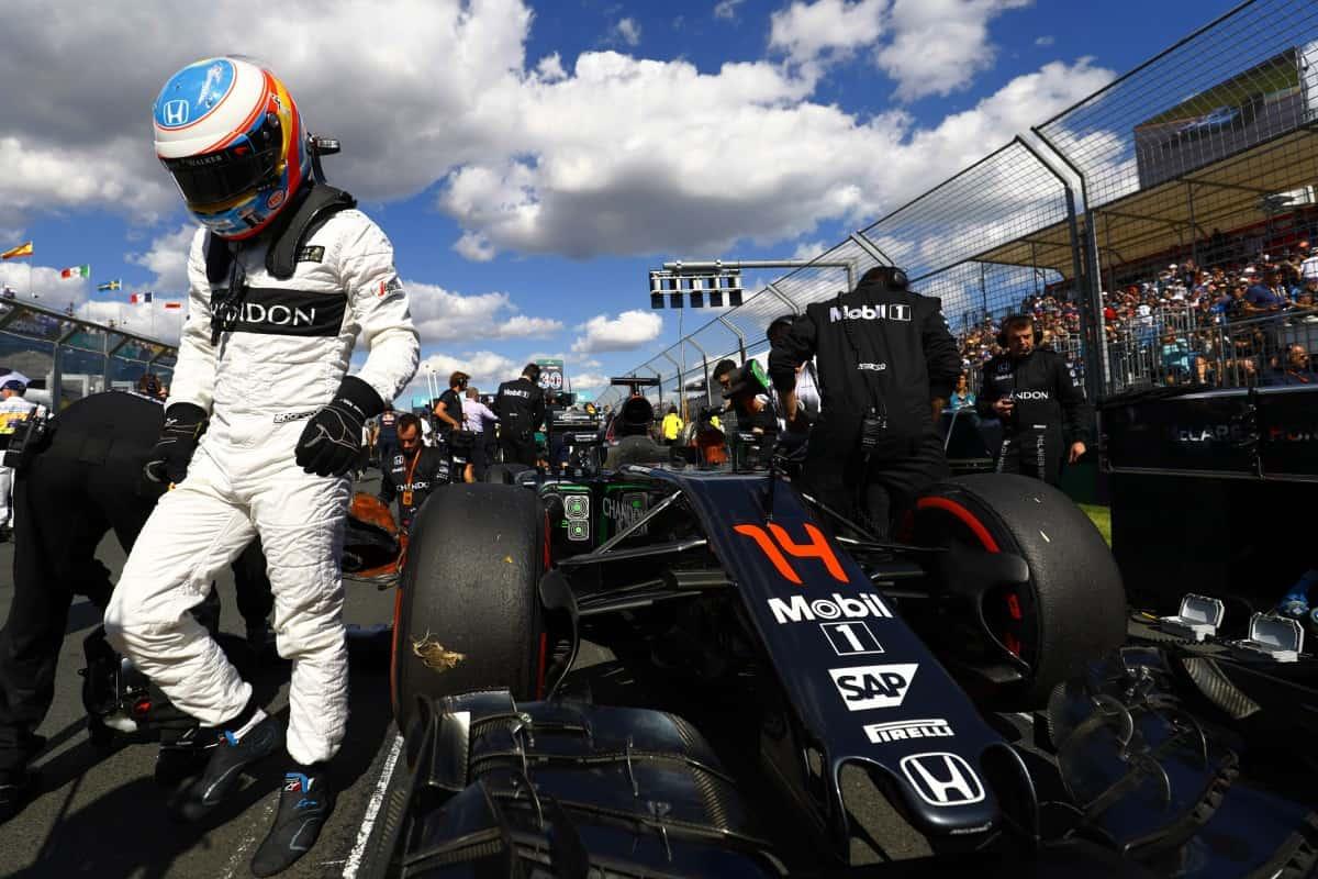 Alonso sai do carro no grid. Repetiria a ação 18 voltas mais tarde (Foto McLaren)