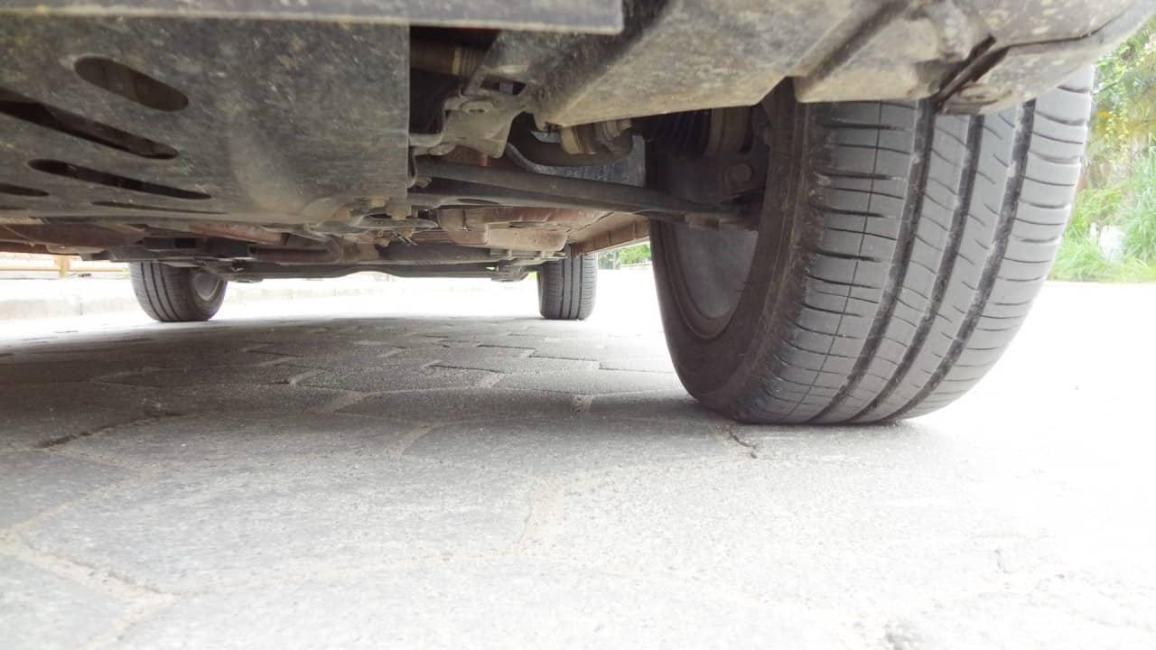Braços da suspensão dianteira praticamente na horizontal. Foi pouco erguida. Bons pneus de asfalto  CITROËN AIRCROSS 1.5 MANUAL LIVE, NO USO (COM VÍDEO) DSC04221