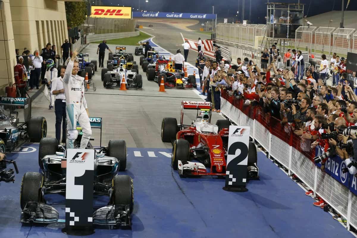 Nico Rosberg obteve quinta vitória consecutiva. Ferrari continua atrás da Mercedes (Foto Mercedes)  É JUSTO O QUE A TV FEZ COM EMERSON? 20160406 Nico Chegada Merc