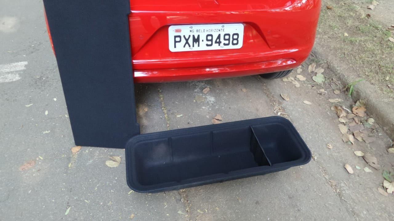 A caixa removível fora do carro; de pé, a sua tampa